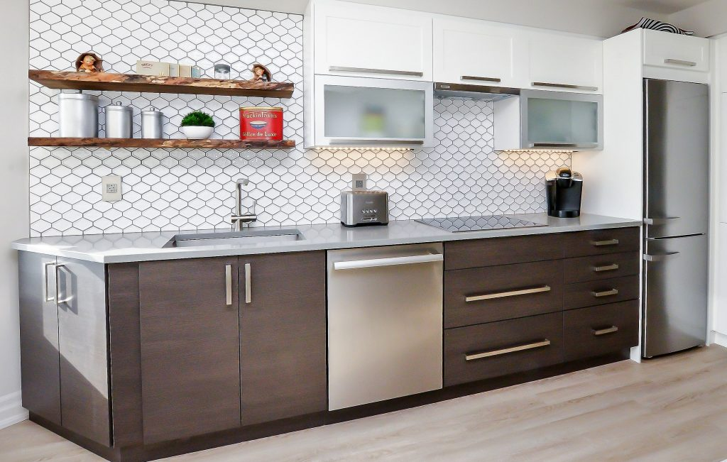 Contemporary kitchen with backslash